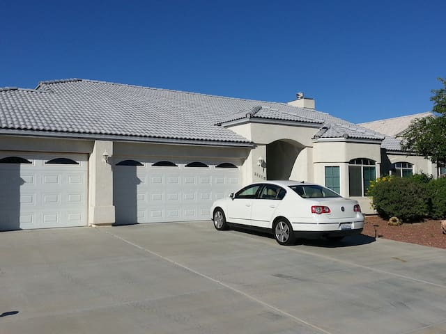 Nicely Furnished 3-Bedroom House - Fort Mohave - House
