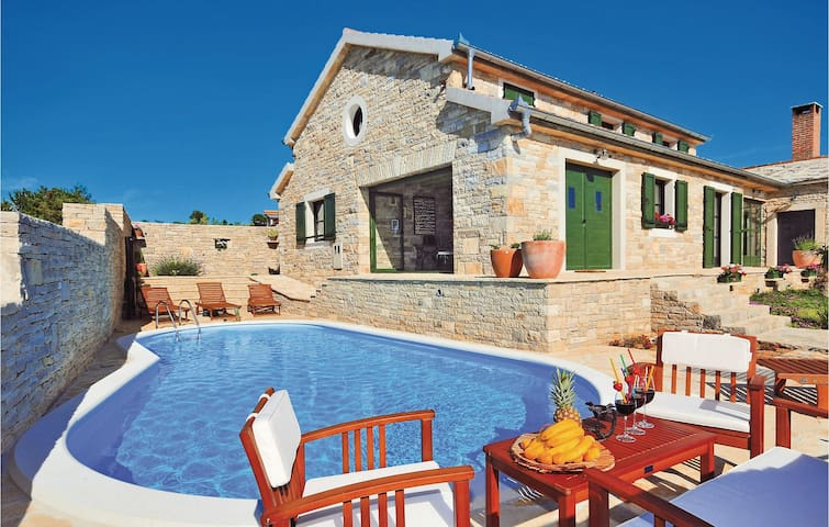 Holiday cottage with 3 bedrooms on 213m² in Lisicic