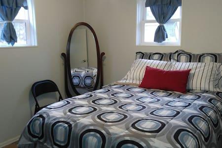 """The Gaslight"" 2-bedroom Tree-Area Apt w/Gas Stove - 拉勒米(Laramie) - 其它"