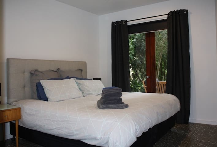 Stylish 1BR Kedron flat: 15mins to city/airport