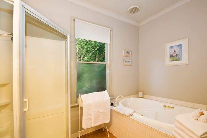 Large 2 person spa,separate shower.All linen supplied.