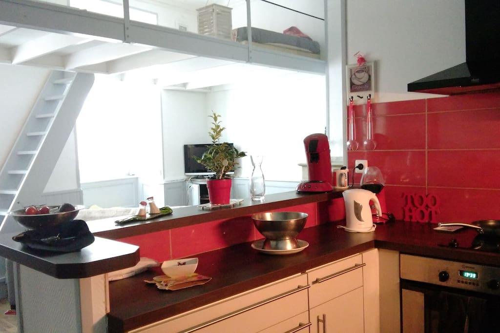 cuisine aménagée et vue sur mezzanine