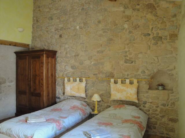 Chambre au calme / Sud Carcassonne - Alet-les-Bains - Bed & Breakfast