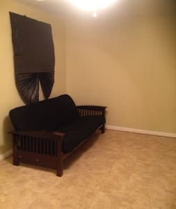 Spacious Bedroom Available - Waldorf - Dom