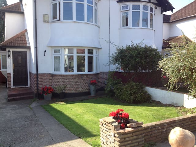 Family home in leafy London suburb - London