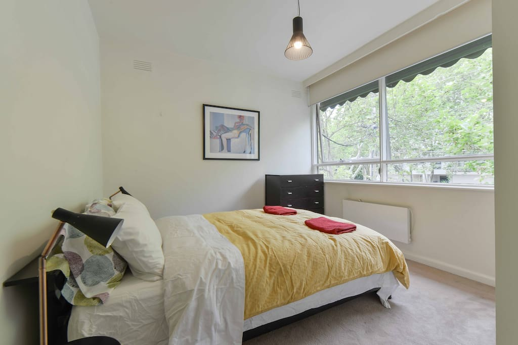Lovely aspect from bed above the leafy and quiet Avenue. Blinds and awnings blockout all the light and any noise so you can sleep as late as you like.
