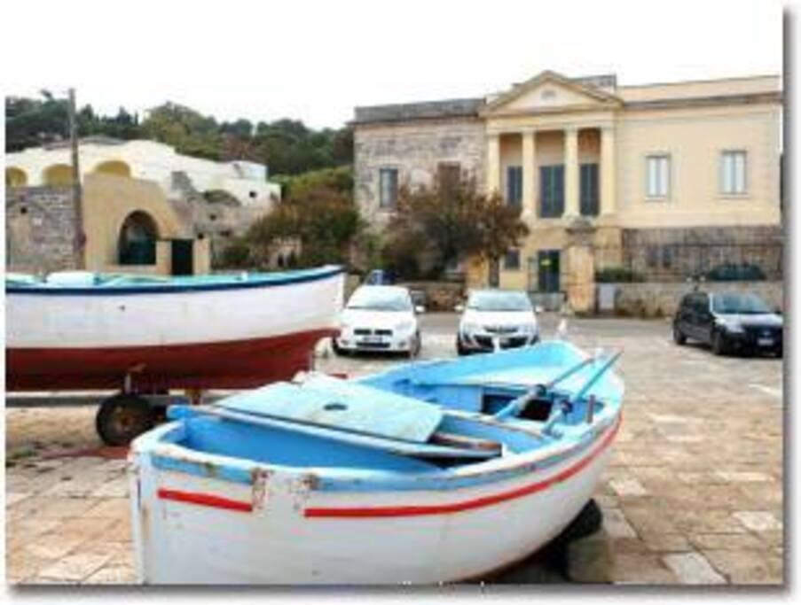 ROTONDA con barche e nello sfondo fronte VILLA