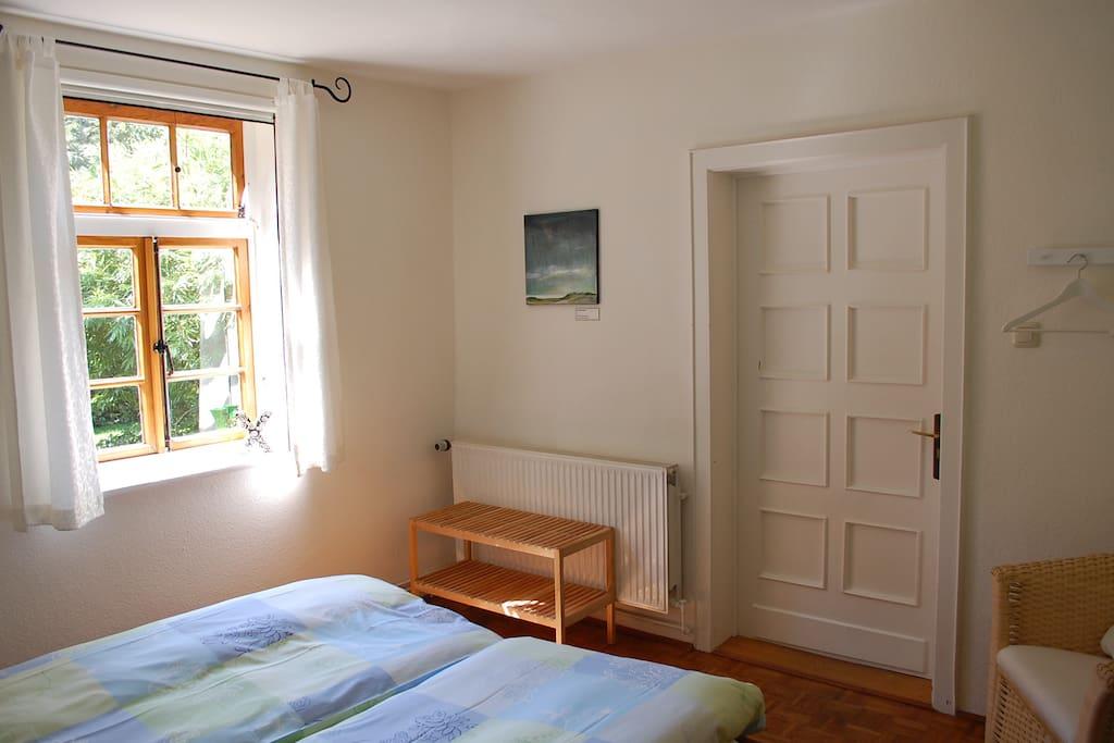 Zimmer Sommerregen mit Blick auf die Eingangstür
