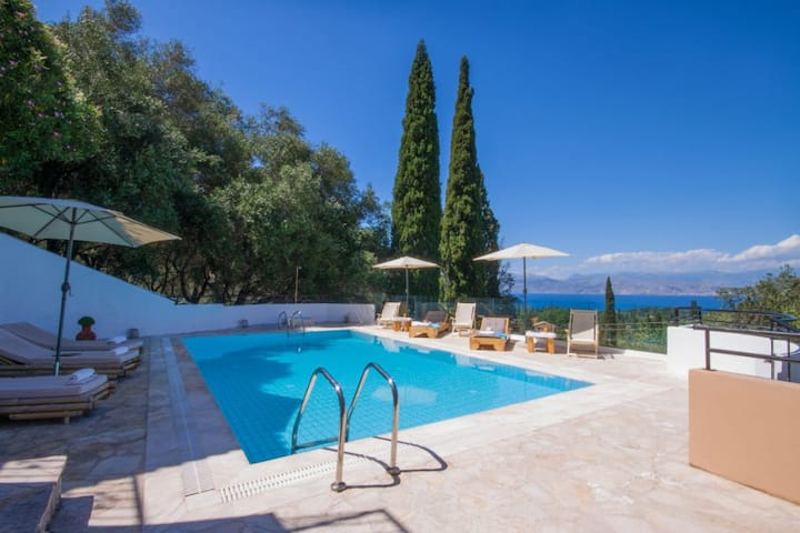 Picturesque villa with swimming pool & sea view