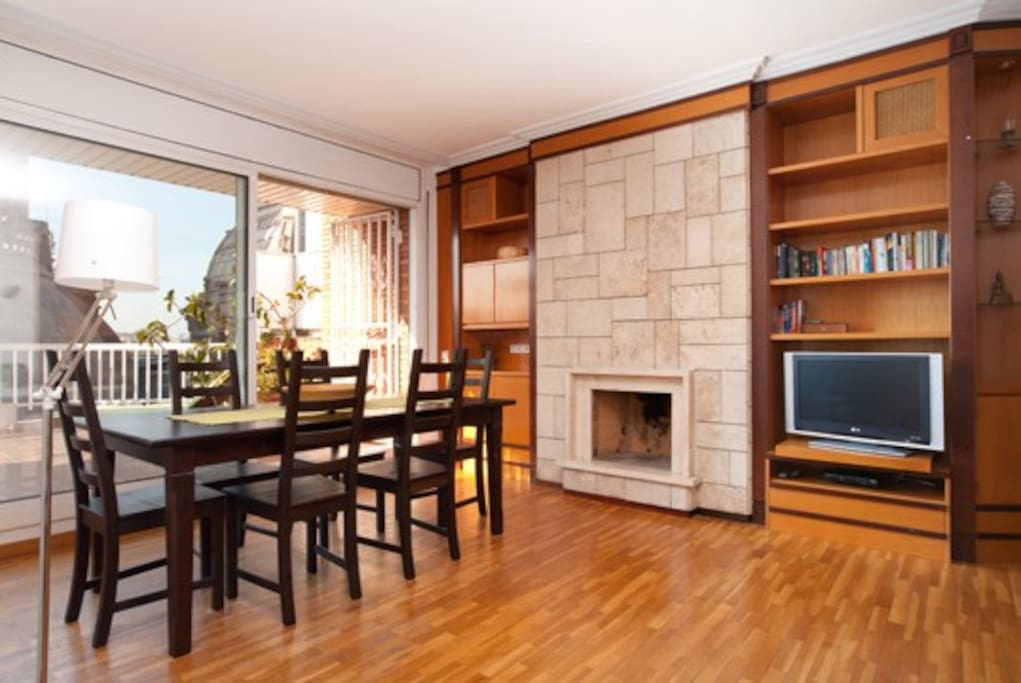 Some details of the living room: parquet floor, TV, library, a big dining table