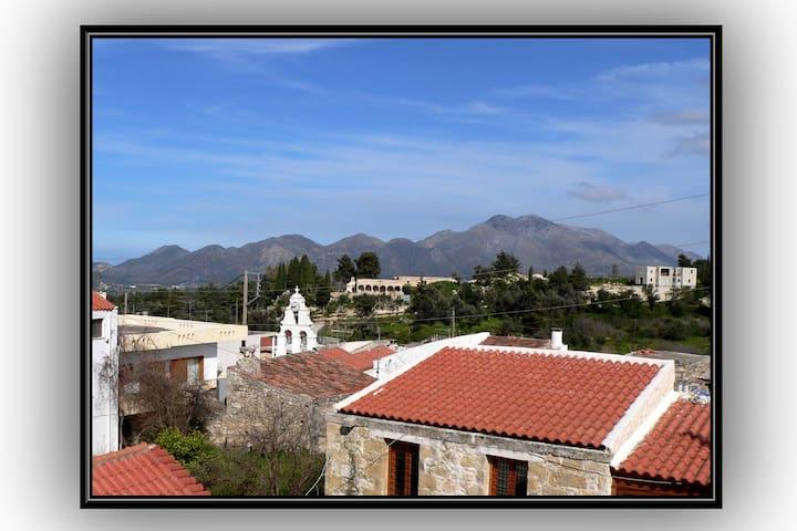 θέα στο χωριό και στο όρος Κουλούκωνα