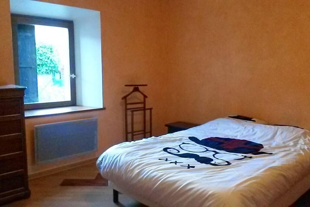 chambre lit double très lumineuse et spacieuse!