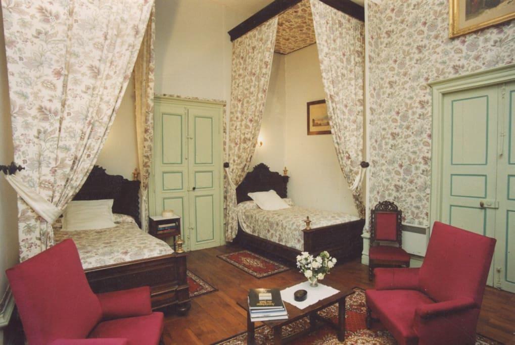Chambre Arsac et ses deux lits à baldaquin