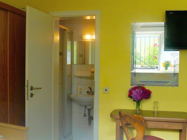 nettes Einzelzimmer mit Dusche und WC - Oberkirch - Hus