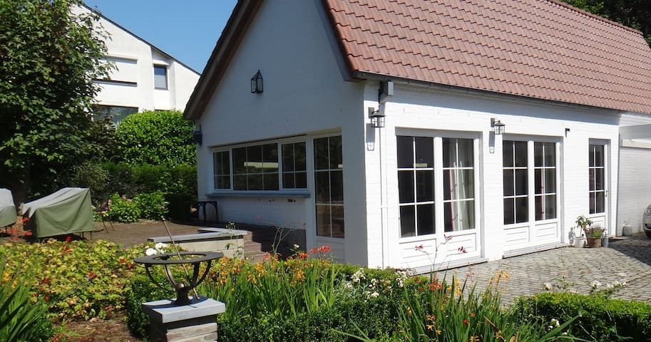 Airy, comfy new house w terrace - Tervuren - Bungalow