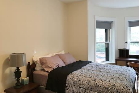 Master suite next to Harvard Square - Cambridge