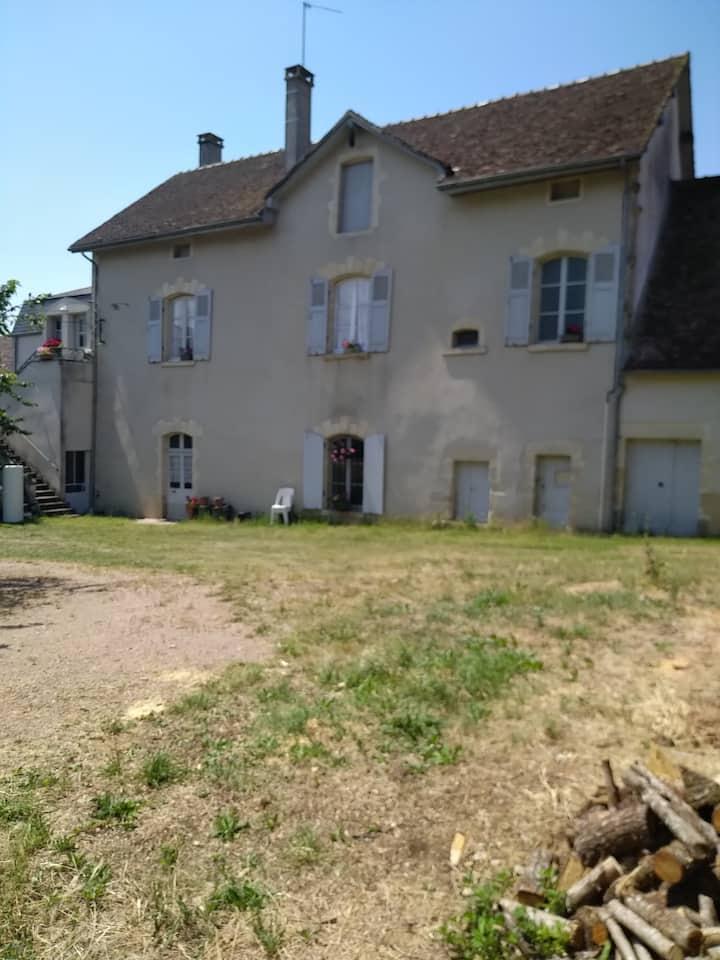 Ancienne ferme du château, village calme