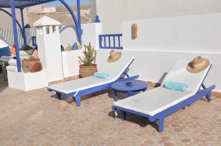 Notre terrasse ensoleillée, facile d'accès et abritée du vent pour profiter du soleil marocain toute la journée et des couchers de soleil sur la Skala !!!