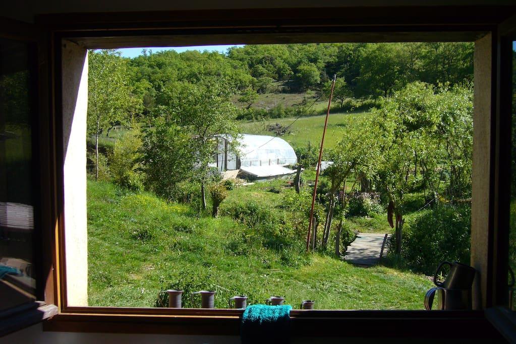 Par la fenêtre dans le salle de bains