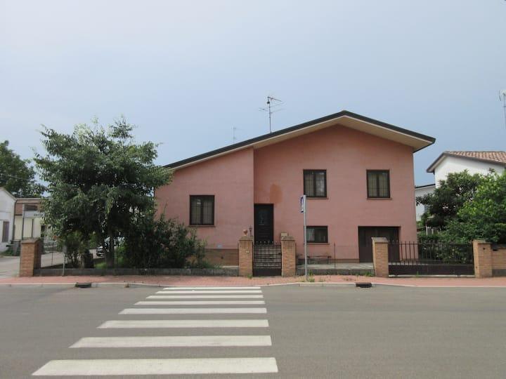 Casa rosa di campagna