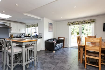 Lovely Large Double Room with Desk & Wifi - West Sussex - บ้าน