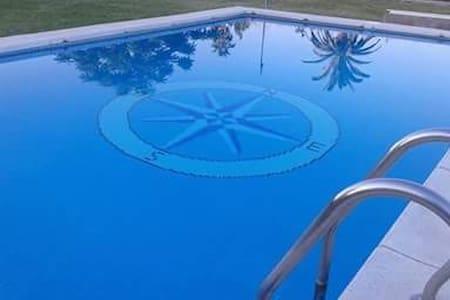 Casa rural de tres habitaciones con piscina.