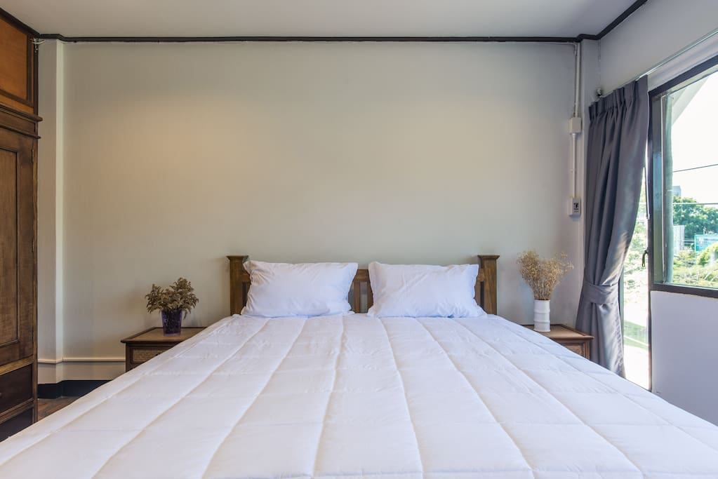Bed with pillows to die for