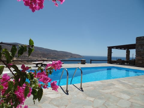 Villa with a pool  and sea view
