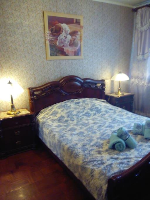 Маленькая комната (спальня) - просторная -16 кв м. Итальянский спальный гарнитур, кровать 210Х160 см, новый ортапедический матрас.Small room (bedroom) - spacious -16 sq m. Italian bedroom set, bed 210Х160 cm, new ortopedicheski mattress.