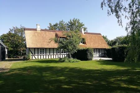 Totalrenoveret bindingsværkshus tæt på Aarhus