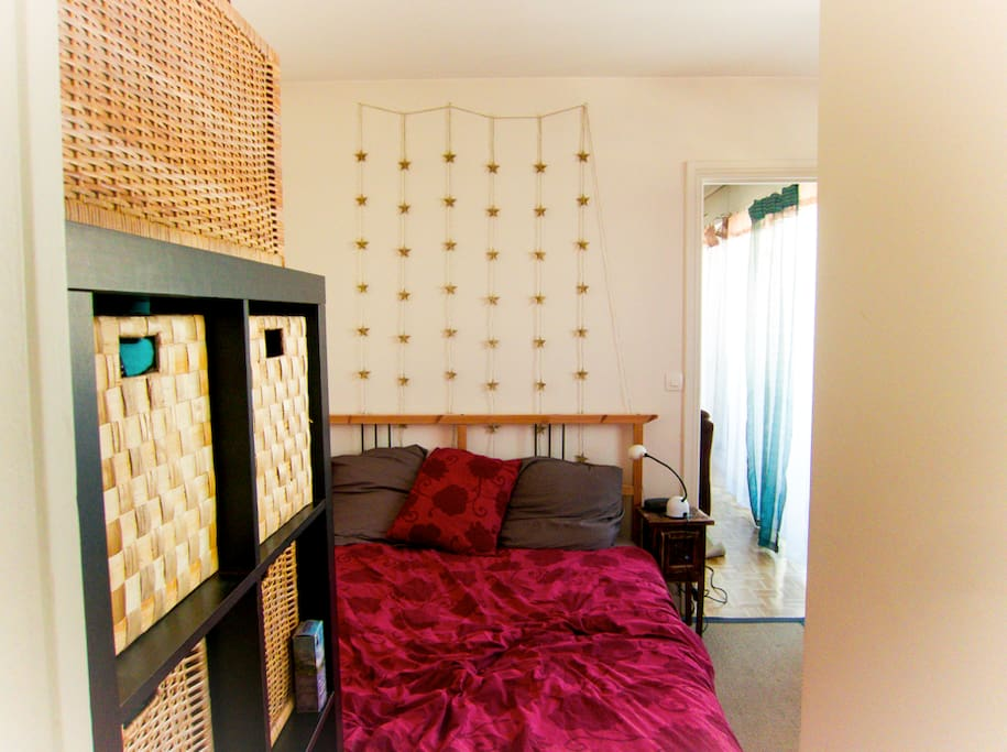 The bedroom, small and cosy with an extra large bed (perfect for tall people ! )