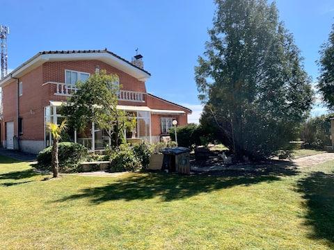 Villa Pilarica-Chalet con amplio jardín y piscina