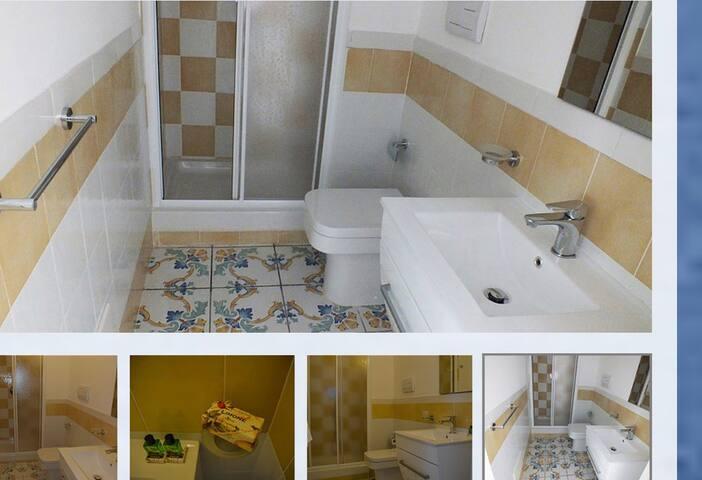 Bagno con mobile lavabo, specchio sovrastante, vaso - bidet e doccia con cabina. Il bagno è corredato di teli e asciugamani con cambio settimanale.
