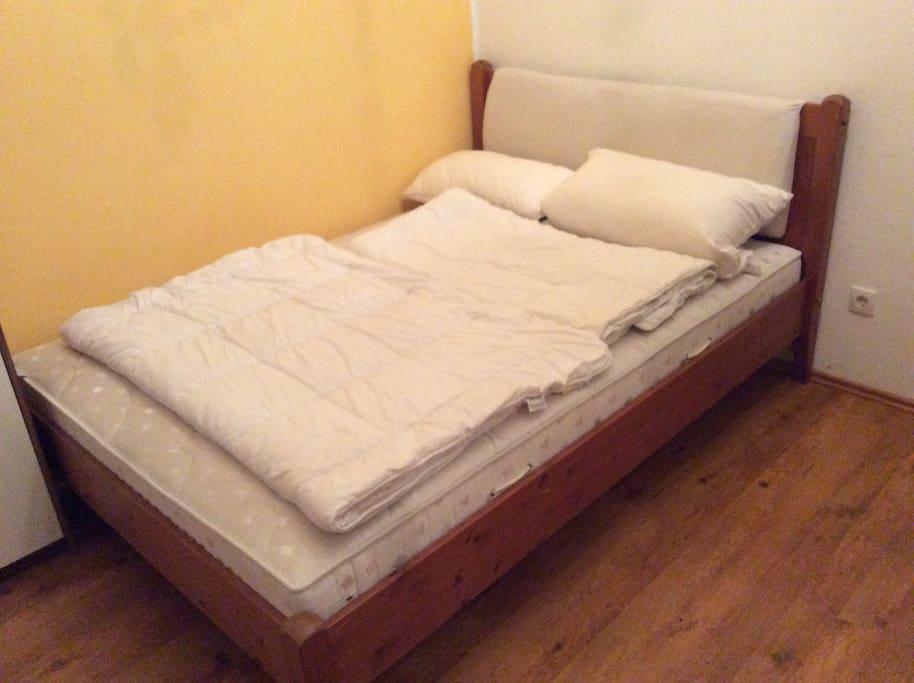 Bett für 1 oder 2 Personen.