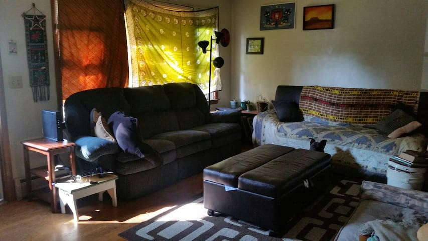 Game getaway: 2 br apartment-sleep up to 6 people