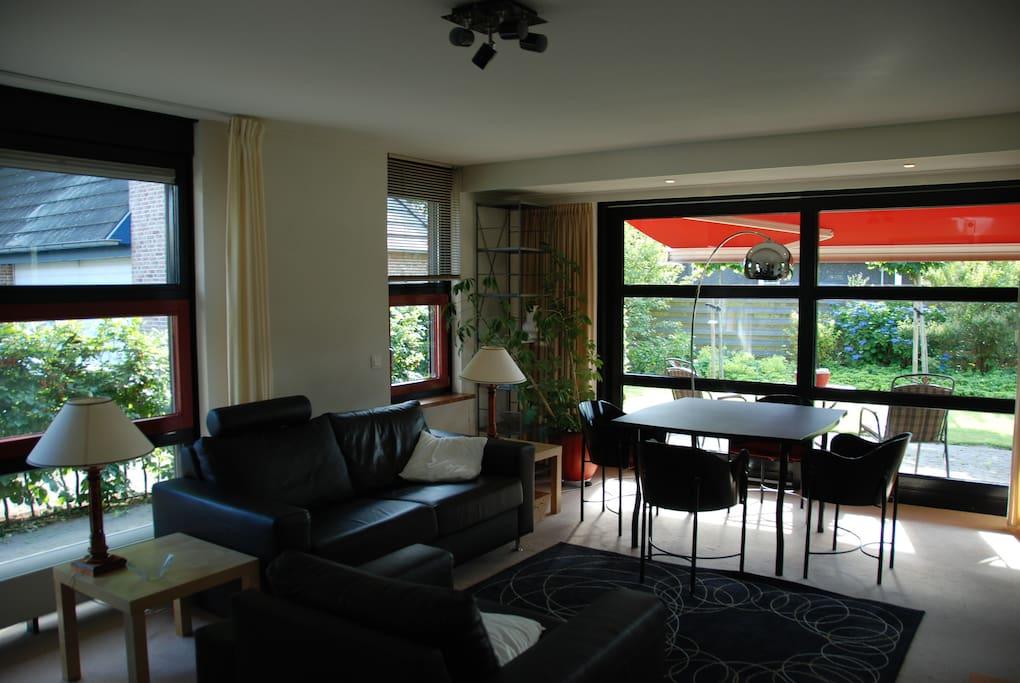 Modern ingerichte en lichte woonkamer