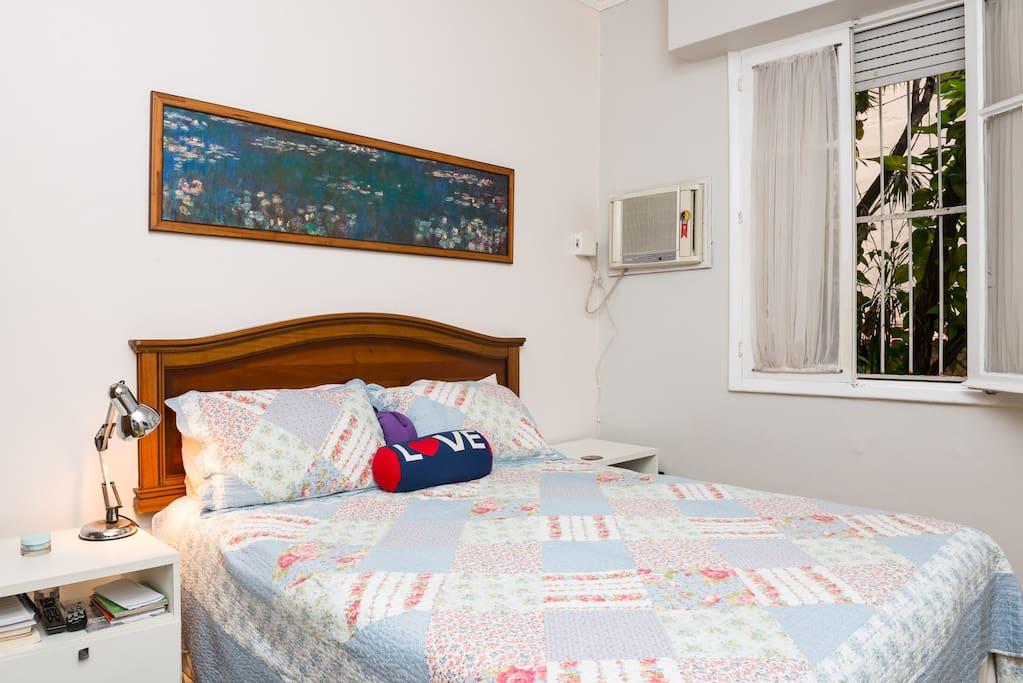Cama queen, ar, roupas de cama de qualidade. O ar cond da foto ainda é o antigo.