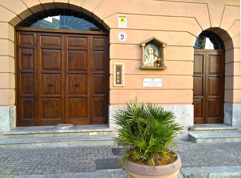 Il palazzo ed il portone d'ingresso