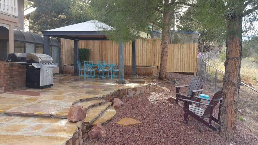 Shared backyard. Outdoor dinning. BBQ grill by request 24 hour advanced notice.