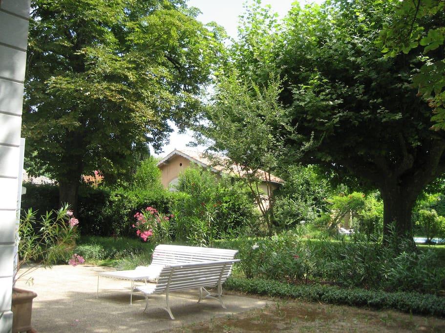 jardin ombragé par endroit