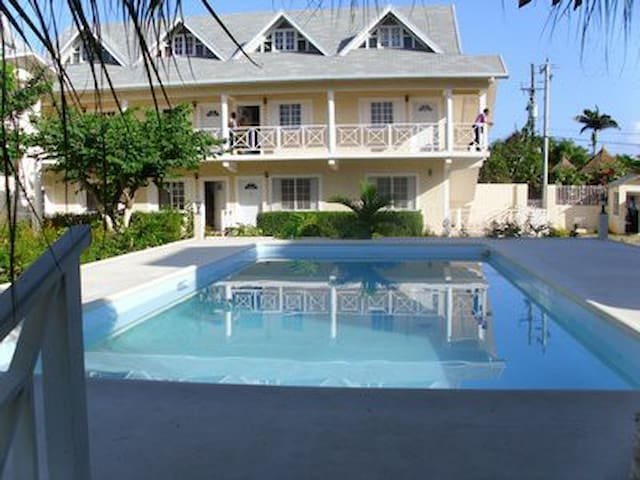 lovely Apt with Pool and Wifi