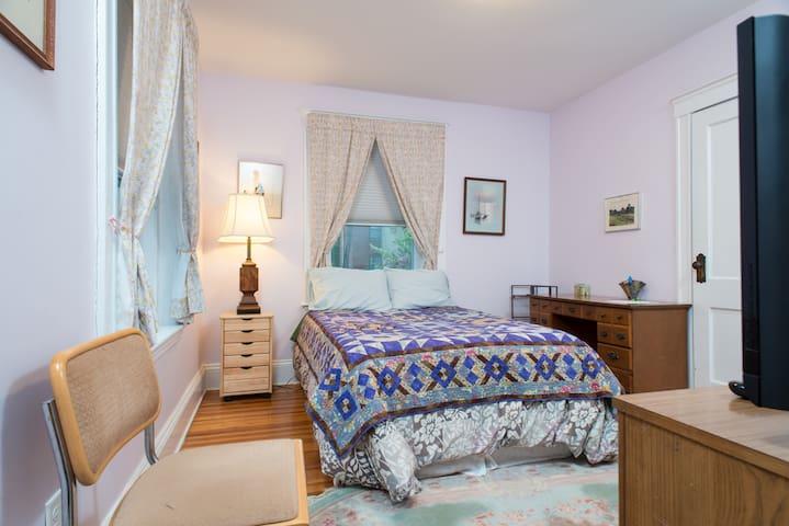 Room/bath in Coolidge Corner