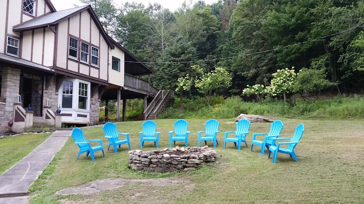 Wooded Mountain Retreat Ideal for Family Gathering