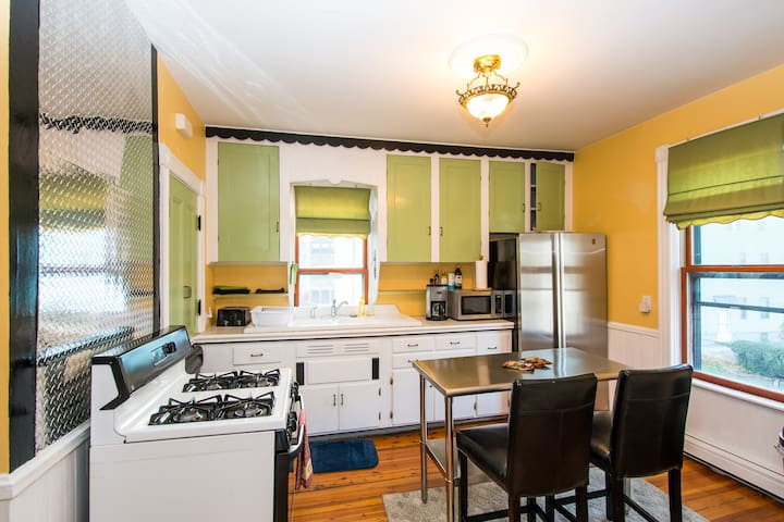 Sunny 3 Bed Condo Fed Hill Loc! Near hosp and down