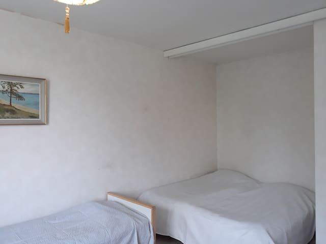 Kolme sänkyä huoneessa. Huom. sängyt ovat keskenään hieman eri korkuiset.