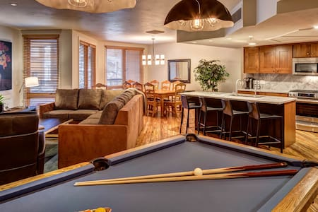 Ski-In/Out 3BR, Hot Tub, Pool Table + Amazon Echo