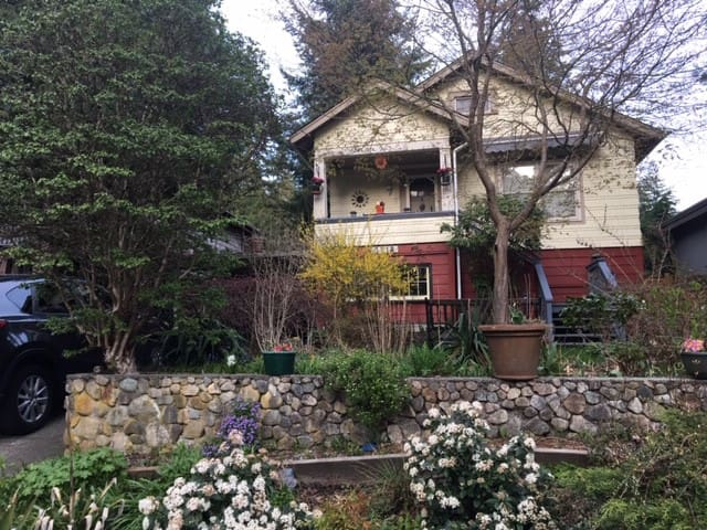 Garden apt in heritage home, near Lynn Canyon Park
