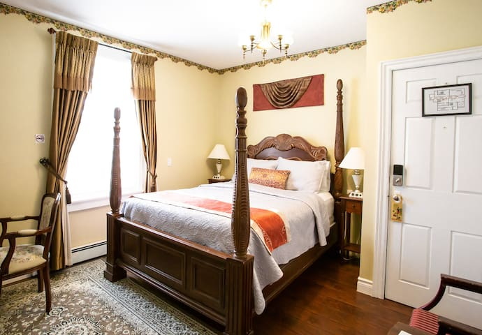 Barker House guest suite #2 centre of NOTL oldtown