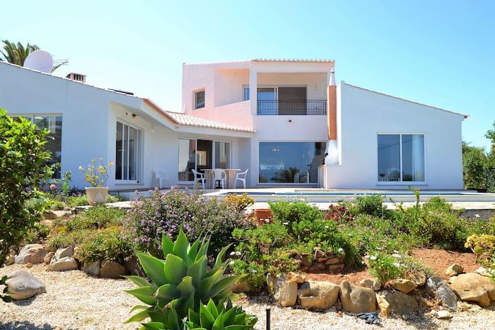 Villa Salema: spacious villa with own pool