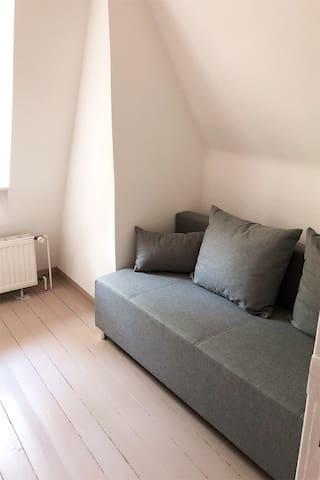 Schlafzimmer mit Schlafcouch im OG